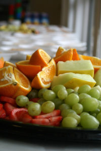 Offrir un panier de fruits pour remercier l'invitation