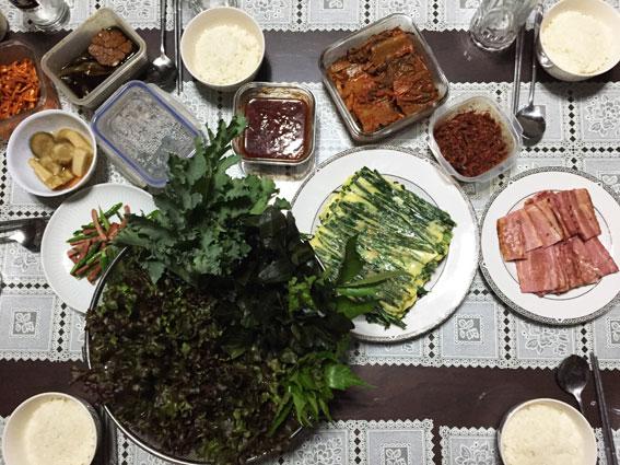 Une des différences culturelles à la table coréenne de la maison, nous partageons des plats complémentaires.