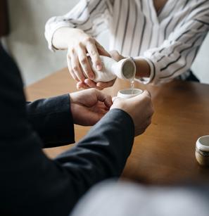 Une des différences culturelles pour boire de l'alcool : Servir et recevoir de l'alcool à deux mains en Corée du Sud