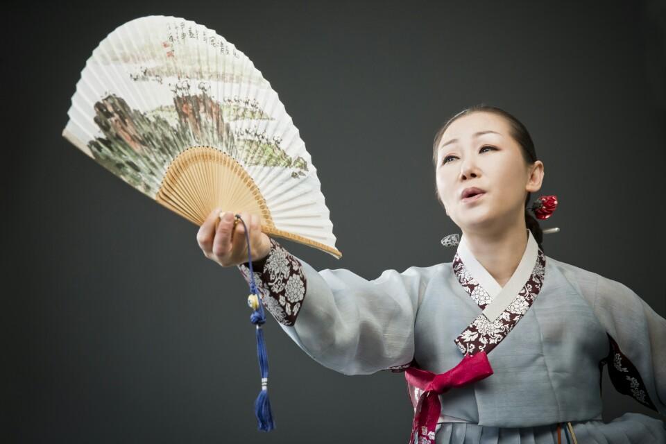 Une chanteuse chante Pansori en Hanbok, costume traditionnel coréen