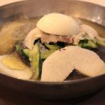 Nouilles froides coréennes avec le bouillon