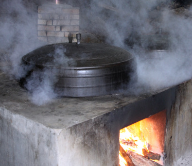 La marmite en fonte donne le bon goût au riz cuit.