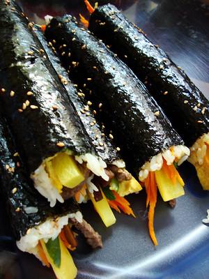 La recette de Kimbap, le riz cuit enroulé par une feuille d'algue